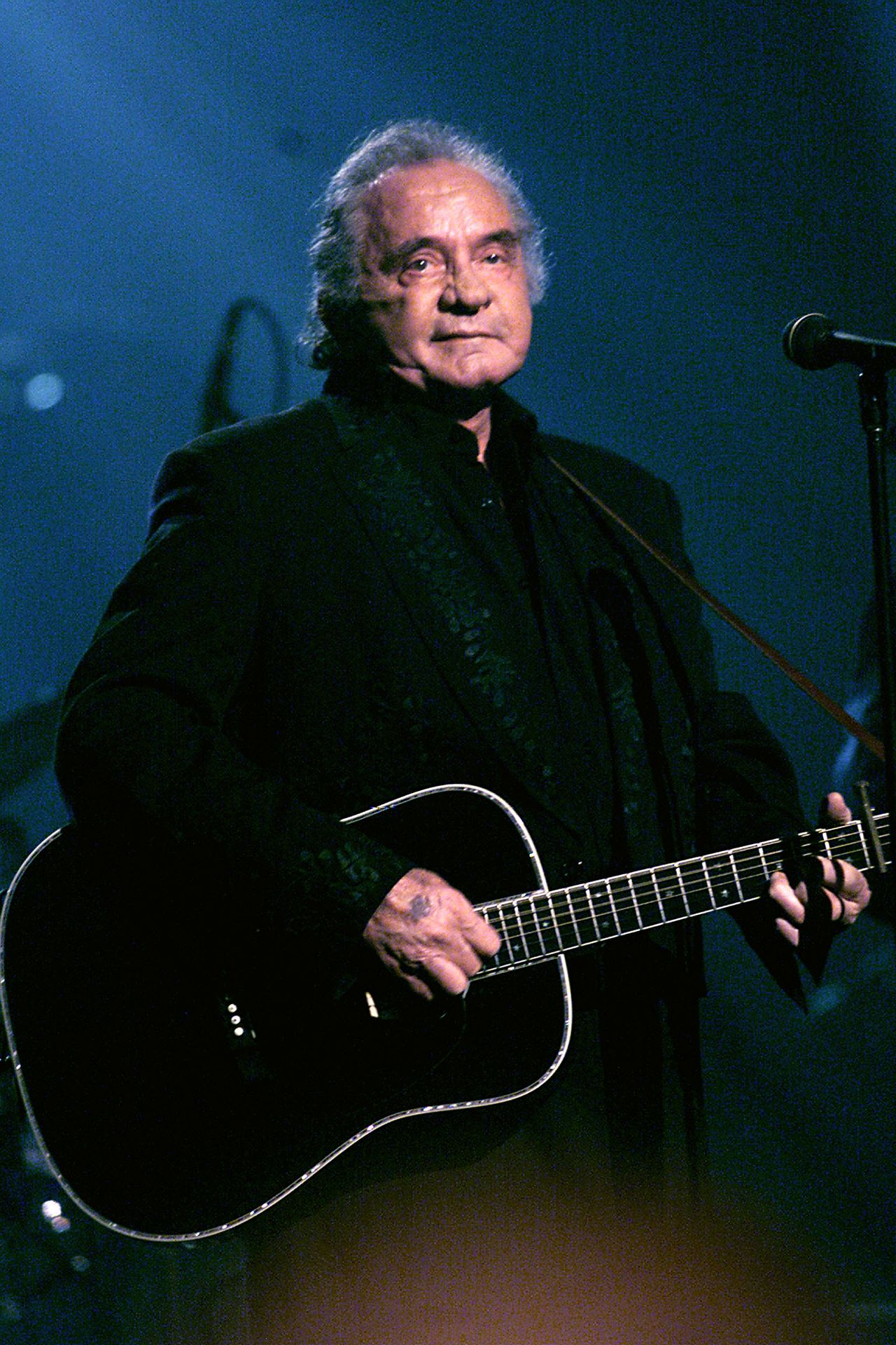 Johnny Cash in 1999 Foto AFP NEW TORK - APRIL 18, 1999: (FILE PHOTO) An all-star Tribute to Johnny Cash scheduled to air on TNT April 18, 1999/ Hammerstein Ballroom, NYC NY. Johnny Cash died September 12, 2003 in a hospital in Nashville, Tennessee while being treated for a stomach complaint. He was 71. (Photo Scott Gries/ImageDirect)