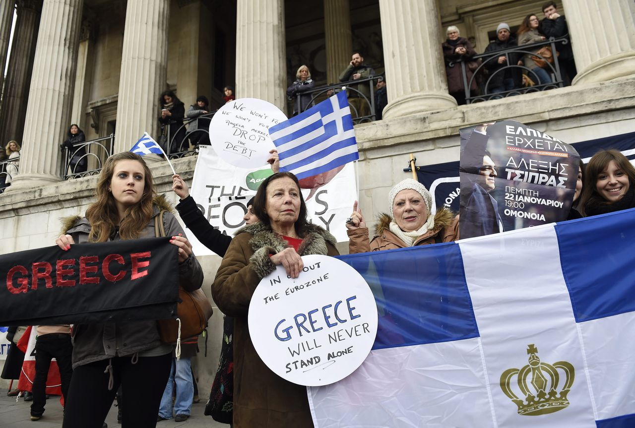 epa04621253 Campaigners hold a solidarity protest for Greece in Trafalgar Square in London, Britain, 15 February 2015. The British Prime Minister, David Cameron is due to meet next Thursday the newly elected Greek Prime Minister, Alexis Tsipras amid fears of a Greek exit from the Eurozone. EPA/FACUNDO ARRIZABALAGA
