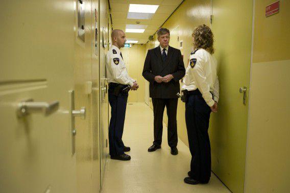 Nederland, Den Haag, 31-10-11 Minister Opstelten op politie bureau Overbosch. Foto Merlin Daleman