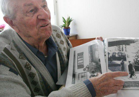 Rochus Misch wijst op een foto van Hitler in Berchtesgarden in het zuiden van Duitsland.