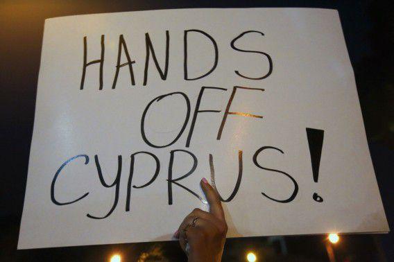 Protest voor de deur van het parlement in de Cypriotische hoofdstad Nicosia.