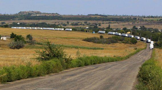 De eerste trucks van het humanitaire konvooi rijden richting het rebellenbolwerk Loegansk.