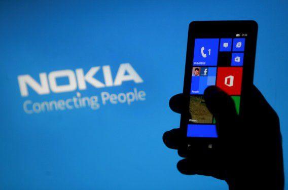 Een vrouw poseert met een Nokia Lumia-telefoon in Zenica, Bosnië.