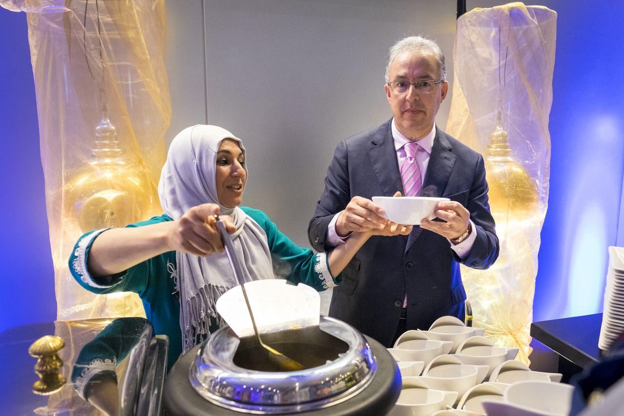 Minister van Veiligheid en Justitie Ard van der Steur en de burgemeester van Rotterdam Ahmed Aboutaleb waren vrijdag bij een door de politie georganiseerde iftar tijdens de ramadan.
