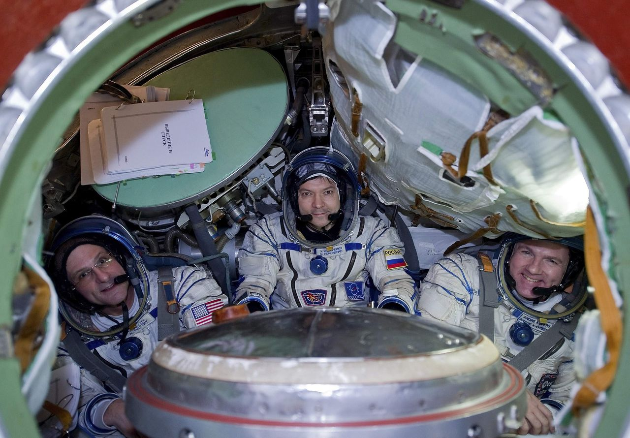 U.S. astronaut Donald Pettit (L), Russian cosmonaut Oleg Kononenko (C), and Dutch astronaut Andre Kuipers sit in the Soyuz training module at the Star City space centre outside Moscow November 25, 2011. The three-man team is scheduled to fly to the International Space Station in December. REUTERS/Sergei Remezov (RUSSIA - Tags: SCIENCE TECHNOLOGY)