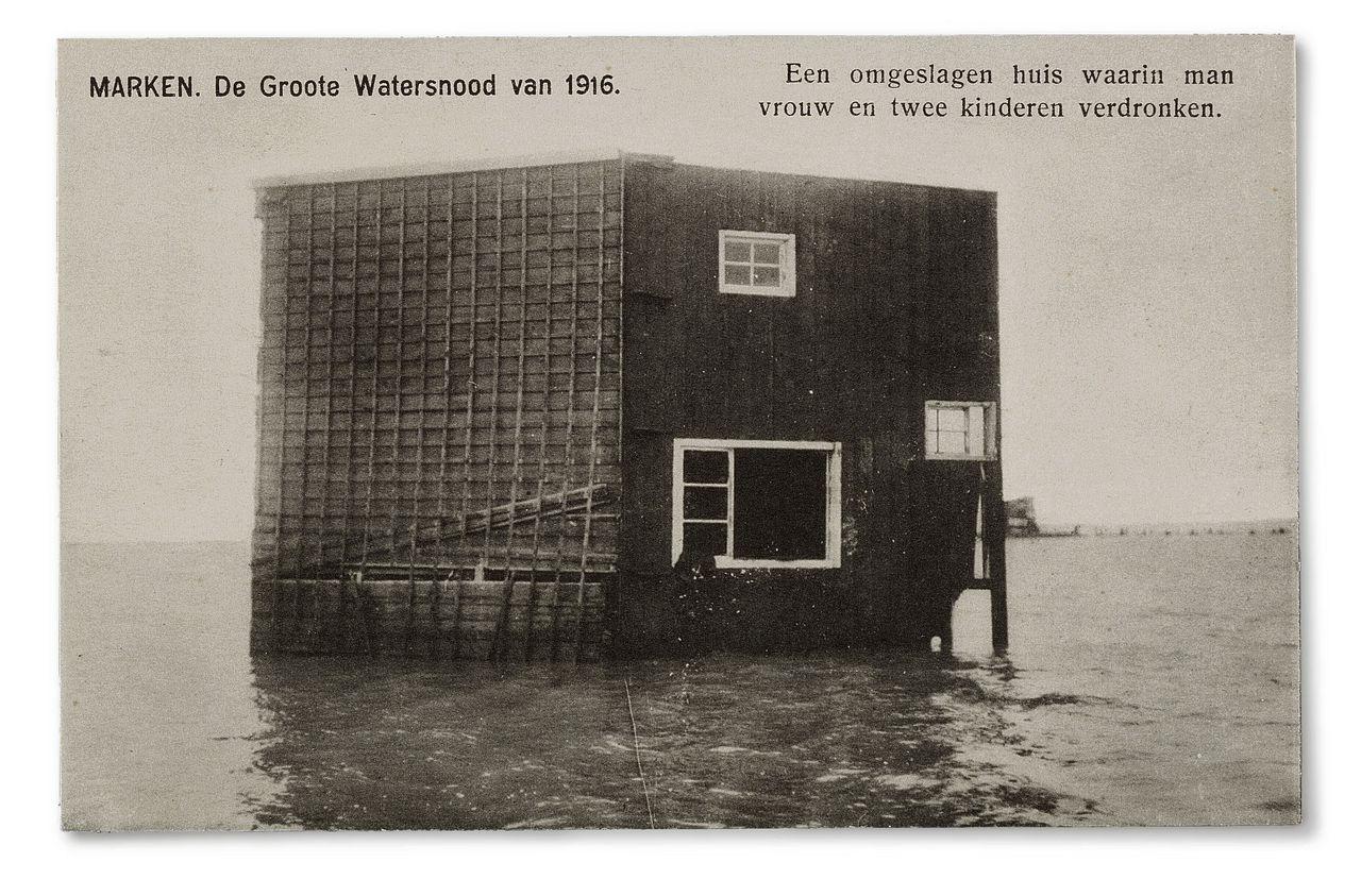 Een selectie van prentbriefkaarten, die ten tijde van de watersnood werden verspreid voor, onder andere, hulpacties.