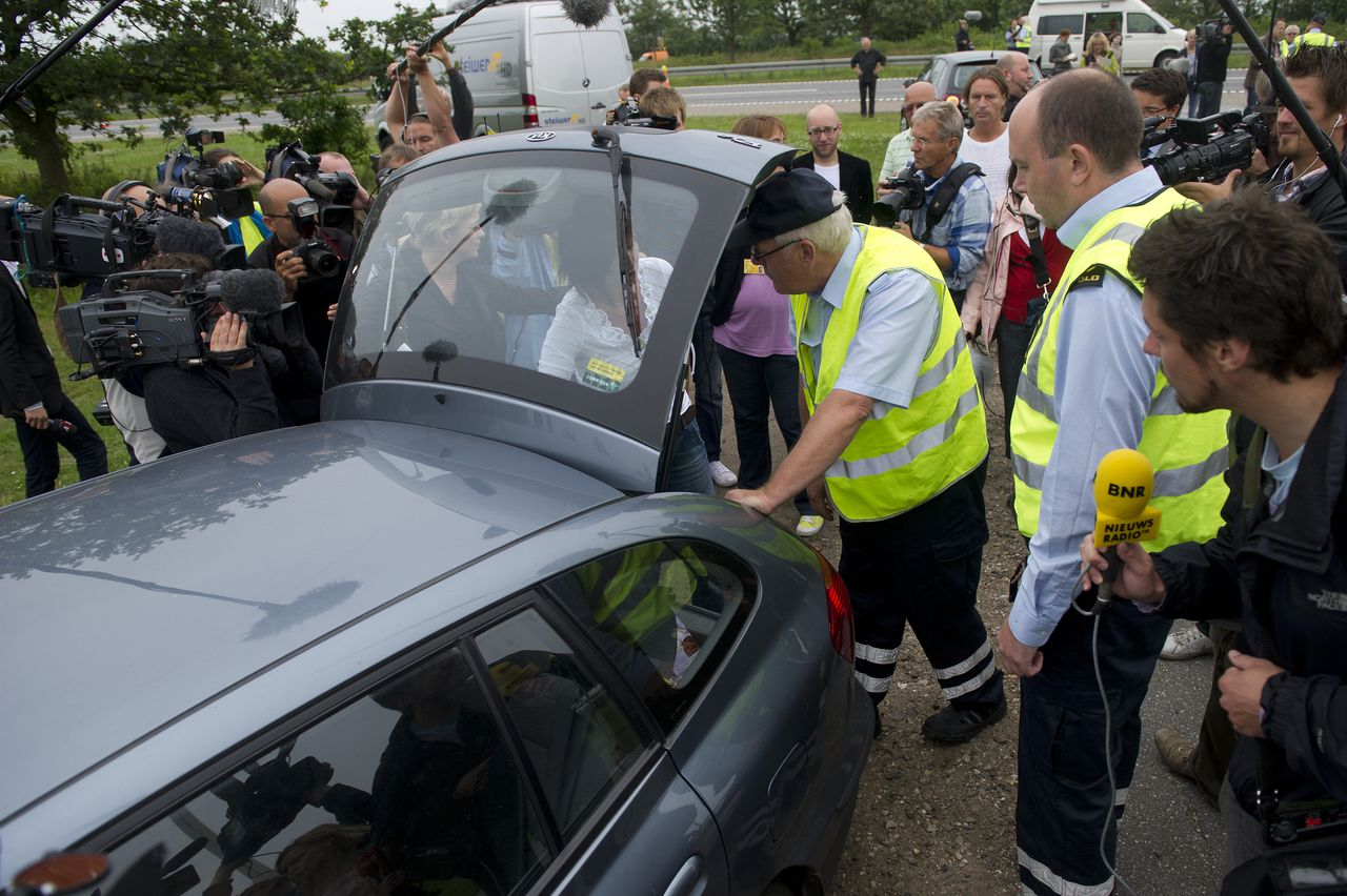 Denemarken voerde op 1 juli grenscontroles in. Aan de grens bij Padborg wordt een Nederlandse auto gecontroleerd. Foto AFP Danish custom officers check a car from the Netherlands at the Danish-German border in Padborg on July 5, 2011. Denmark is reintroducing permanent customs controls at its borders despite strident criticism from Brussels and its neighbors. The Danish parliament's finance committee passed the government's controversial plan on July 1 -- with its nine government members overruling the eight opposition deputies on the committee -- making it binding. The European Commission reacted immediately, saying it was reviewing whether the controversial measure respected rules governing Europe's border-free Schengen travel area. AFP PHOTO /CLAUS FISKER