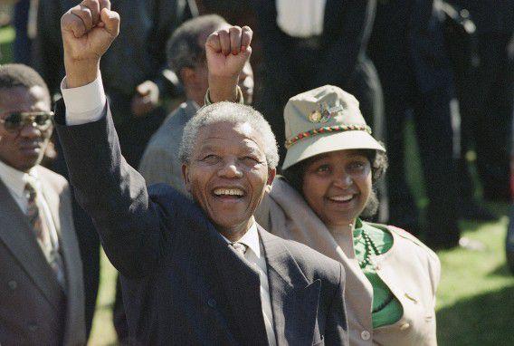 Nelson Mandela en zijn vrouw Winnie groeten de juichende menige na een ANC-congres in 1991.