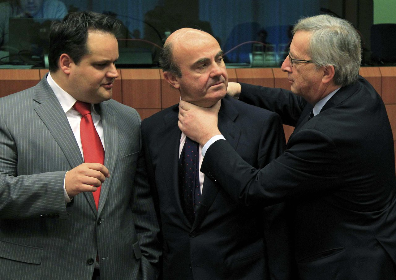 Spain's Economy Minister Luis de Guindos (C) is greeted by Luxembourg's Prime Minister and Eurogroup chairman, Jean-Claude Juncker (R) while Dutch Finance Minister Jan Kees de Jager looks on at a Eurogroup meeting in Brussels March 12, 2012. Euro zone finance ministers will sign off on a second bailout for Greece on Monday and shift their focus to Spain, whose government looks set to violate newly agreed EU budget rules by missing its deficit target again this year. REUTERS/Yves Herman (BELGIUM - Tags: POLITICS BUSINESS)