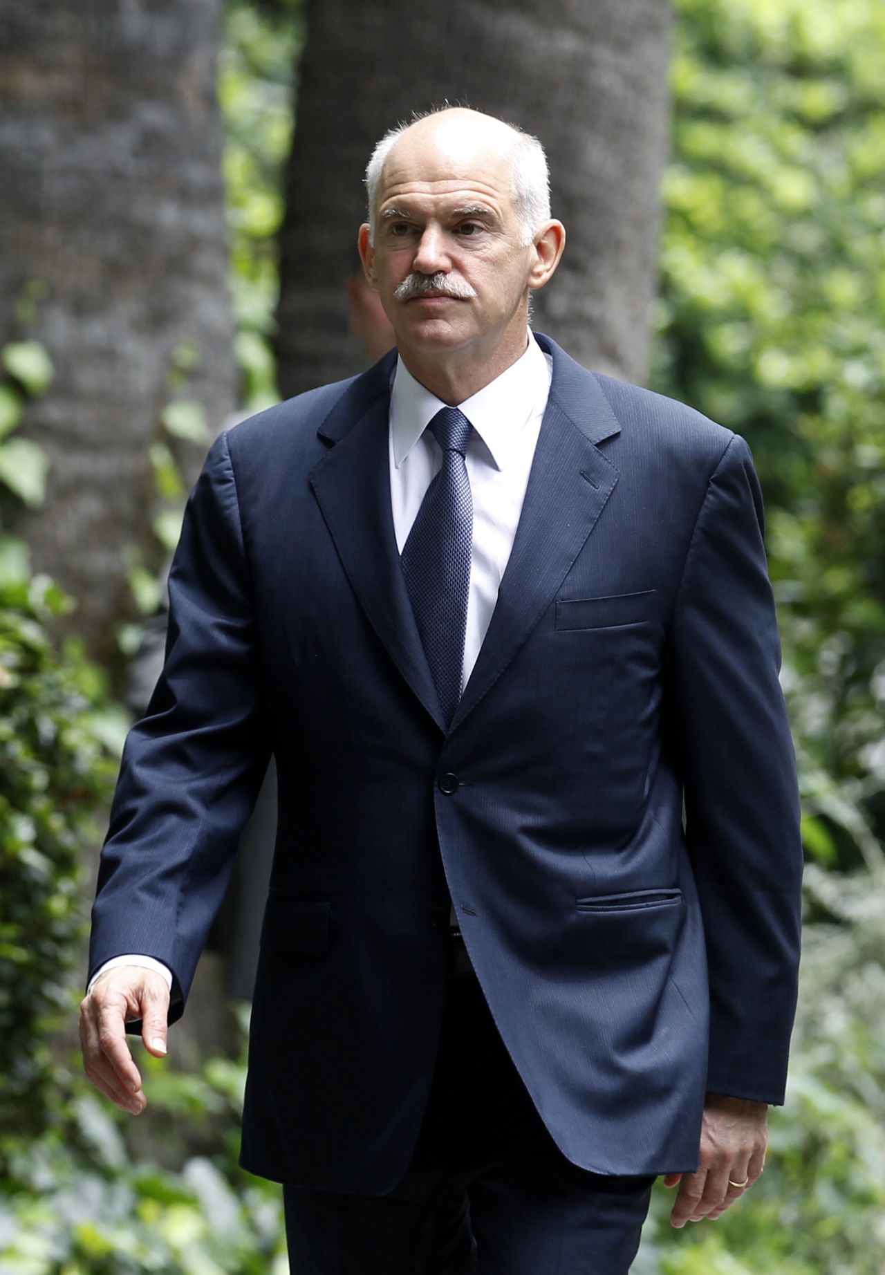 De Griekse premier Papandreou gisteren na een gesprek met president Papoulias over de politieke en economische crisis. Foto Reuters Greece's Prime Minister George Papandreou leaves the Presidential palace after a meeting with Greek President Karolos Papoulias in Athens June 15, 2011. Papandreou offered on Wednesday to step down and make way for a national unity government if the opposition agreed on a clear plan on how to proceed with reforms, government sources said. REUTERS/Yiorgos Karahalis (GREECE - Tags: BUSINESS POLITICS)