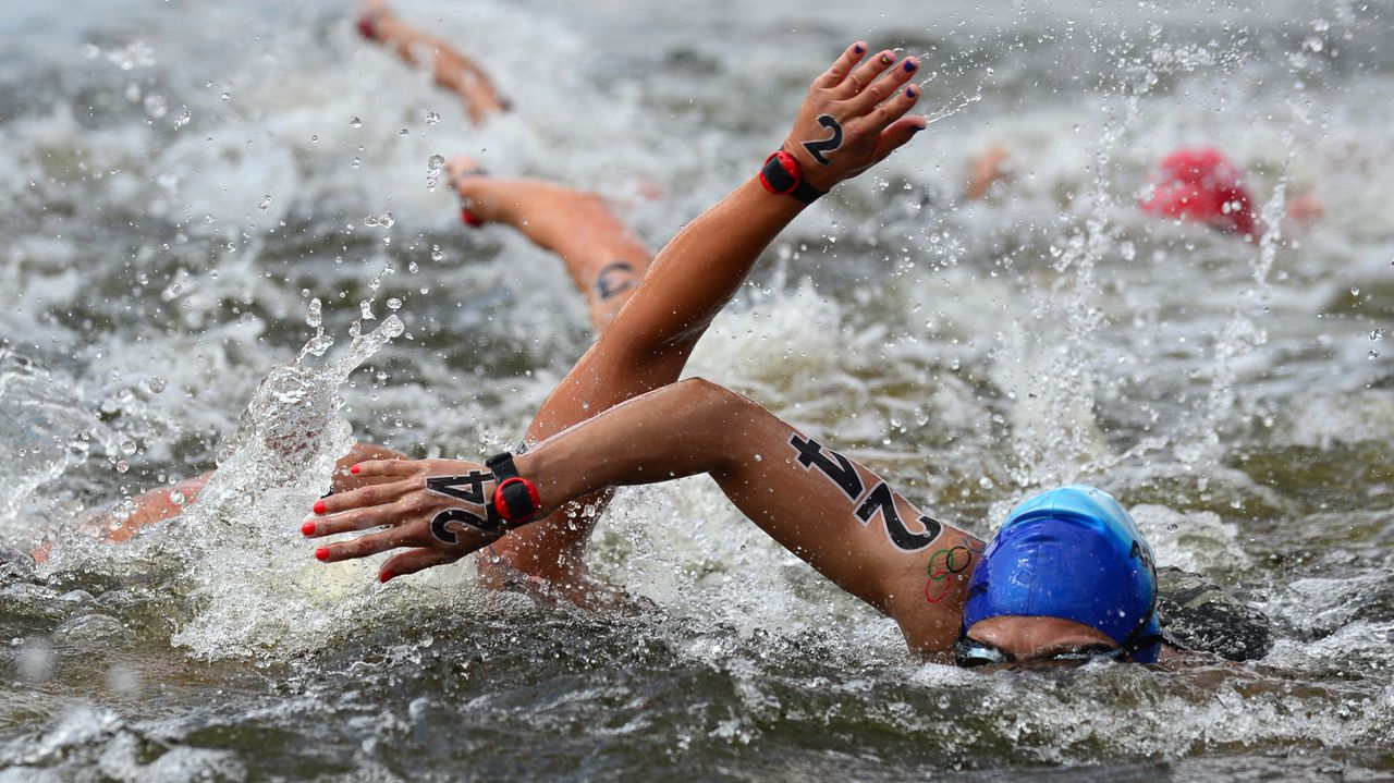 Argentina's Cecilia Biagioli (R) and Spain's Erika Villaecija Garcia (L) compete in the women's 10km open water swimming marathon at the London 2012 Olympic Games on August 9, 2012 in London. AFP PHOTO / MARTIN BERNETTI