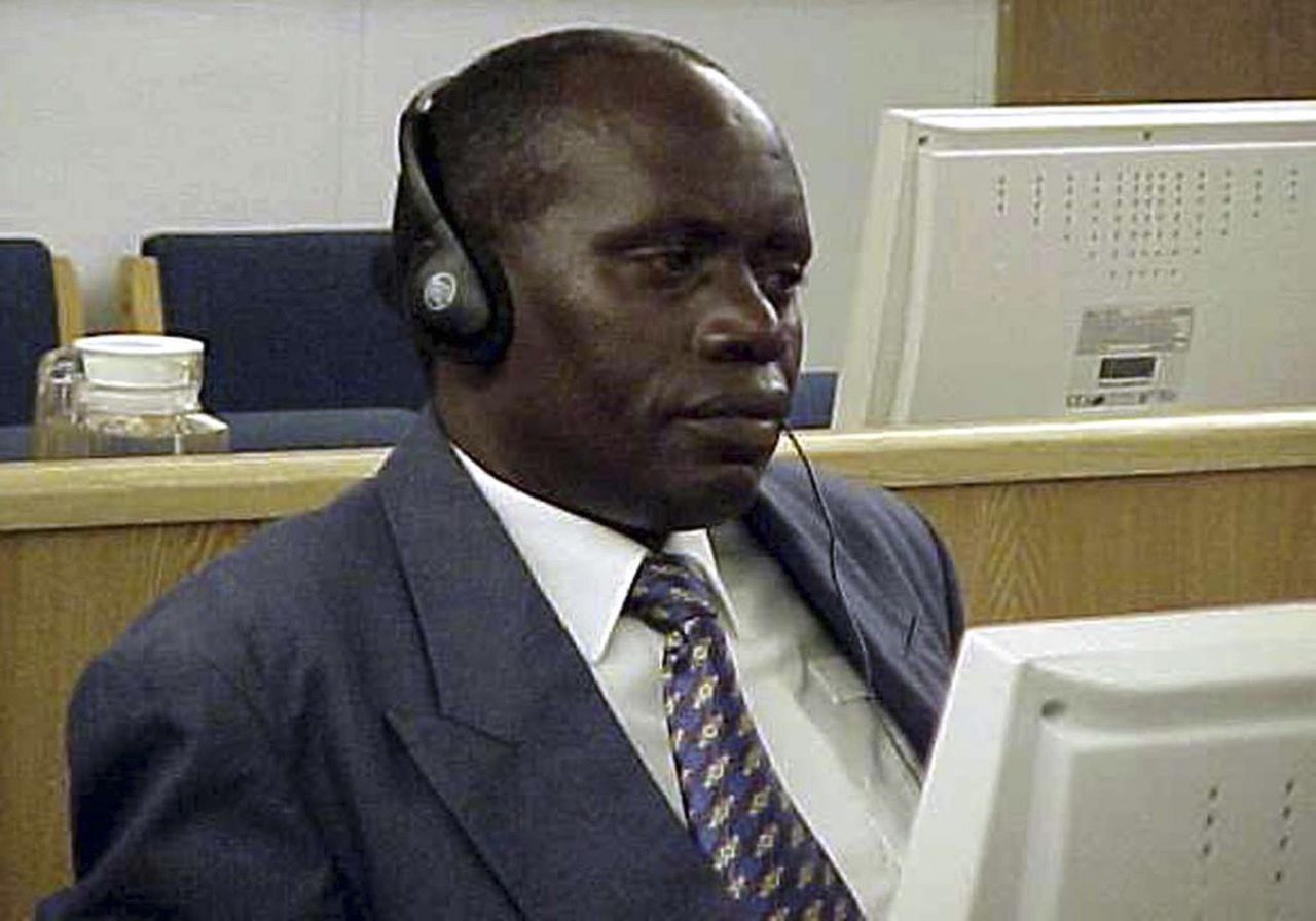 De Rwandese voormalige legerchef Bizimungu in 2002. Foto Reuters Former head of the Rwandan army Augustin Bizimungu listens to the court proceeding at the International Criminal Tribunal for Rwanda (ICTR) in Arusha, Tanzania in this August 21, 2002 file photo. The ICTR on May 17, 2011 found two former military chiefs guilty of genocide in the 1994 slaughter of ethnic Tutsis and moderate Hutus, the court said. The ICTR also found former army chief Bizimungu and former military police leader Augustin Ndindiliyimana guilty of crimes against humanity. REUTERS/ Internews Network/Files (TANZANIA - Tags: CRIME LAW CIVIL UNREST)