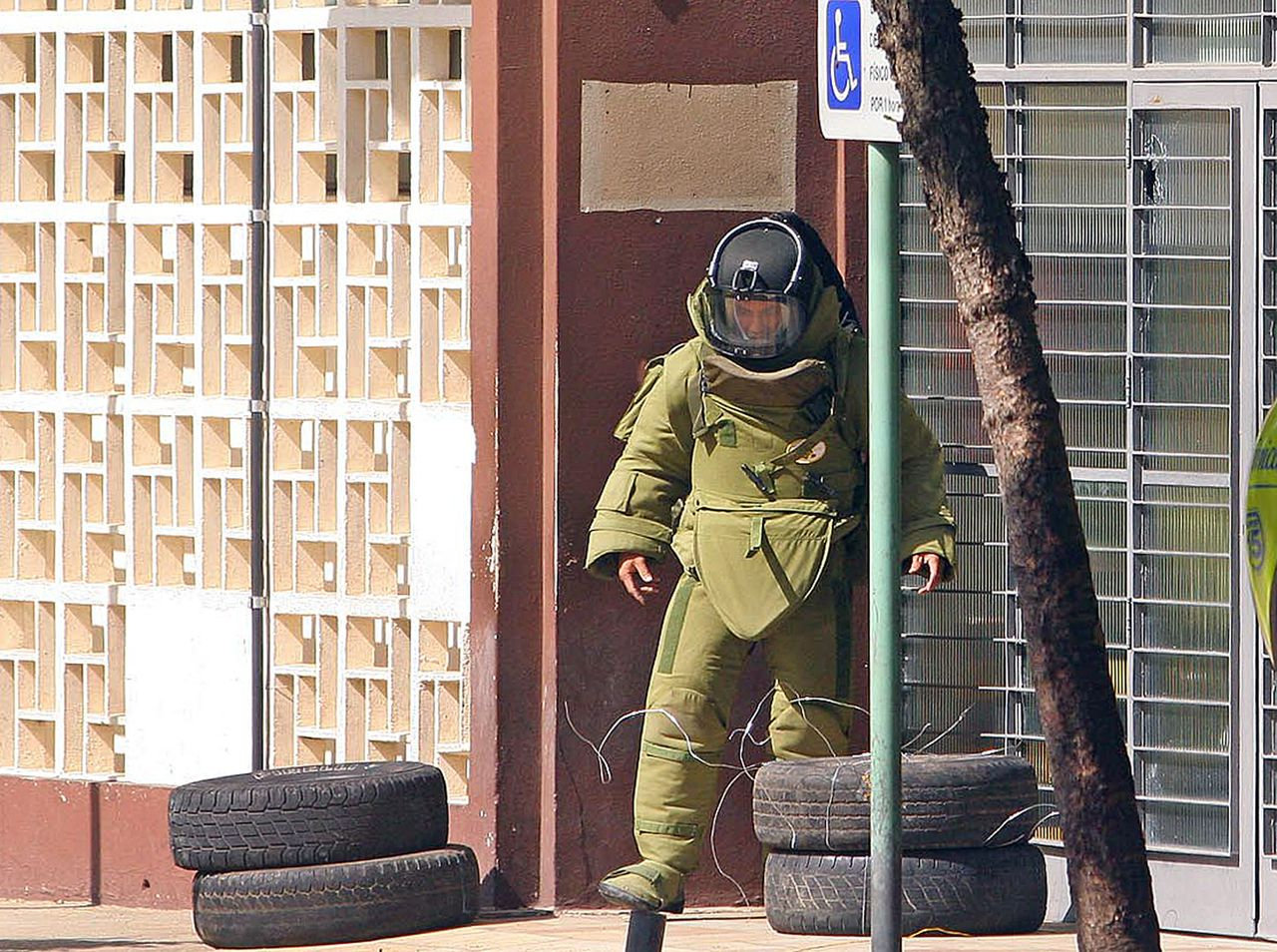 An explosives specialist of the police Special Tactics Action Group sets a grenade --previously thrown against the Forum by unidentified attackers-- for its controlled explosion 15 May, 2006 in Sao Jose dos Campos, 170 Km north of Sao Paulo, Brazil. Gangs torched buses and attacked Sao Paulo banks in a new wave of attacks that authorities say has left 81 dead in three days. Carrying out orders which authorities say were given by gang bosses from their prison cells, armed men forced passengers out of buses before burning the vehicles. They also attacked banks, while prison rebellions spread across Sao Paulo state and beyond. AFP PHOTO LUCIANO COCA/AESTADO BRAZIL OUT INTERNET OUT