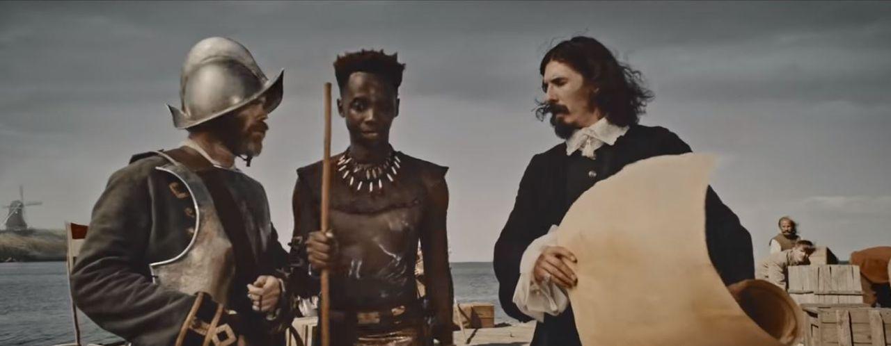 Screenshot uit de reclame: Big John komt aan in Nederland en helpt twee Nederlandse schippers met hun kaart.