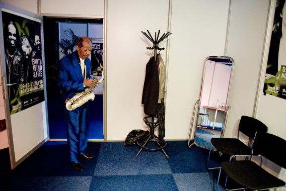 Ornette Coleman voor aanvang van zijn optreden in zijn kleedkamer op de tweede dag van North Sea Jazz (2010).