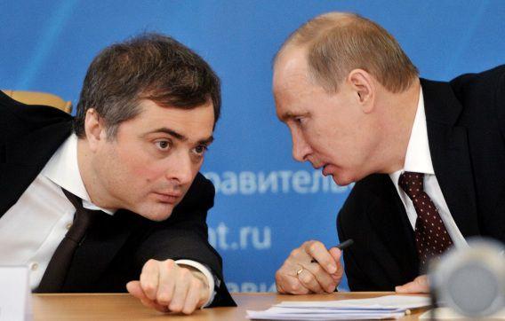 Vladislav Soerkov in conclaaf met president Poetin in 2012.