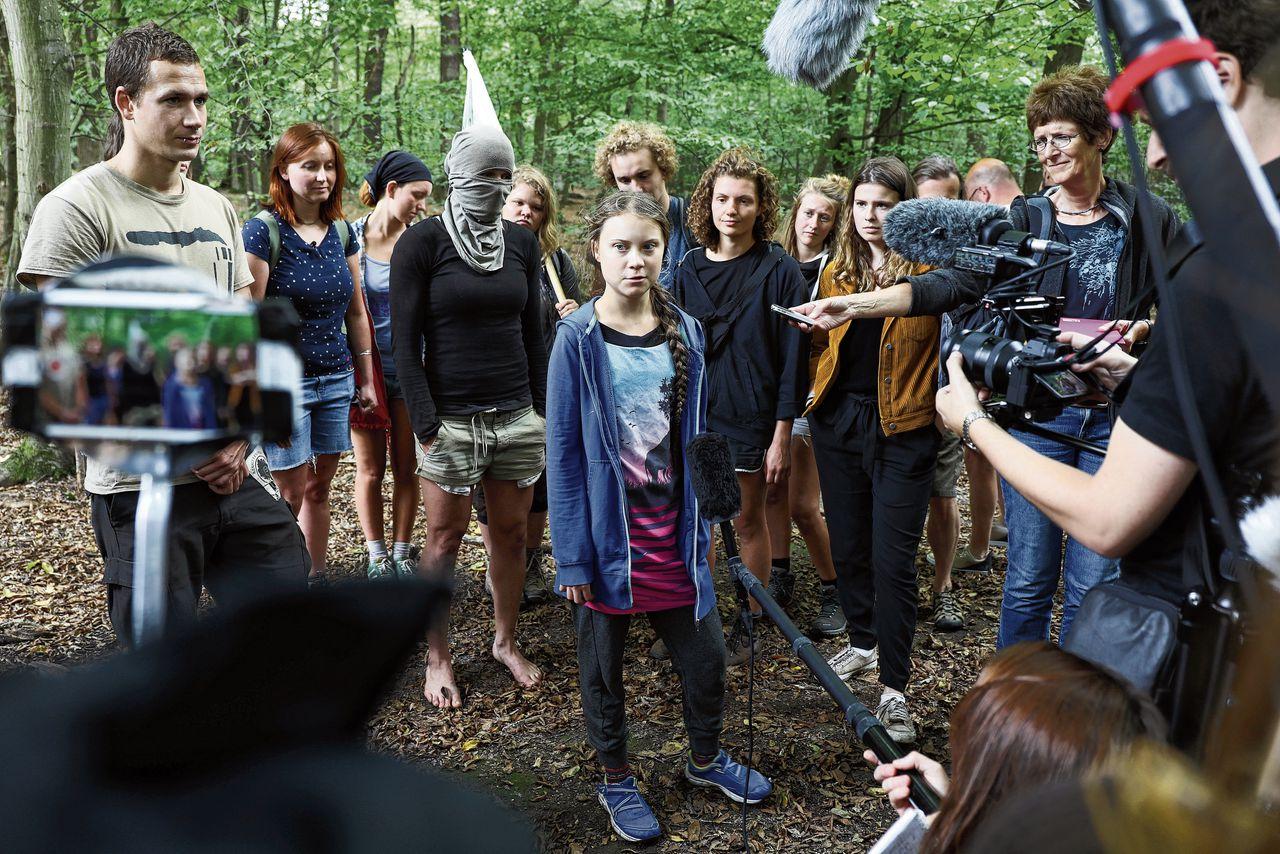 Greta Thunberg en andere milieuactivisten vorig weekend in het met kappen bedreigde bos van het Duitse Hambach, waar tevens bruinkool wordt gewonnen.