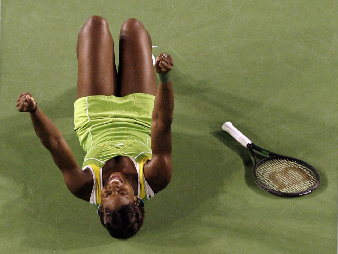 Serena Williams viert haar overwinning. Foto Reuters Serena Williams of the U.S. reacts after winning the women's final match against Russia's Maria Sharapova at the Australian Open tennis tournament in Melbourne January 27, 2007. REUTERS/David Gray (AUSTRALIA)