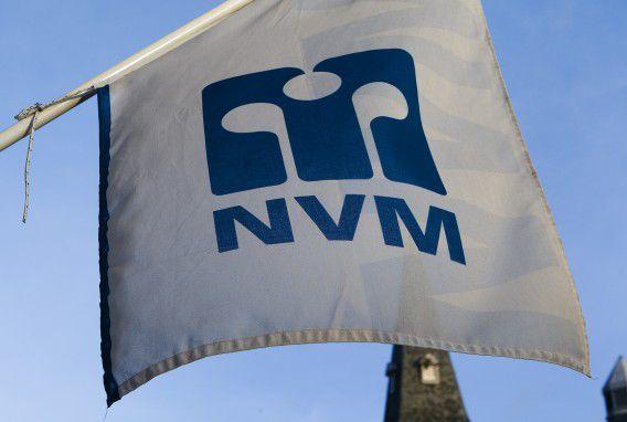 Een vlag van de NVM bij een makelaar in Haarlem.