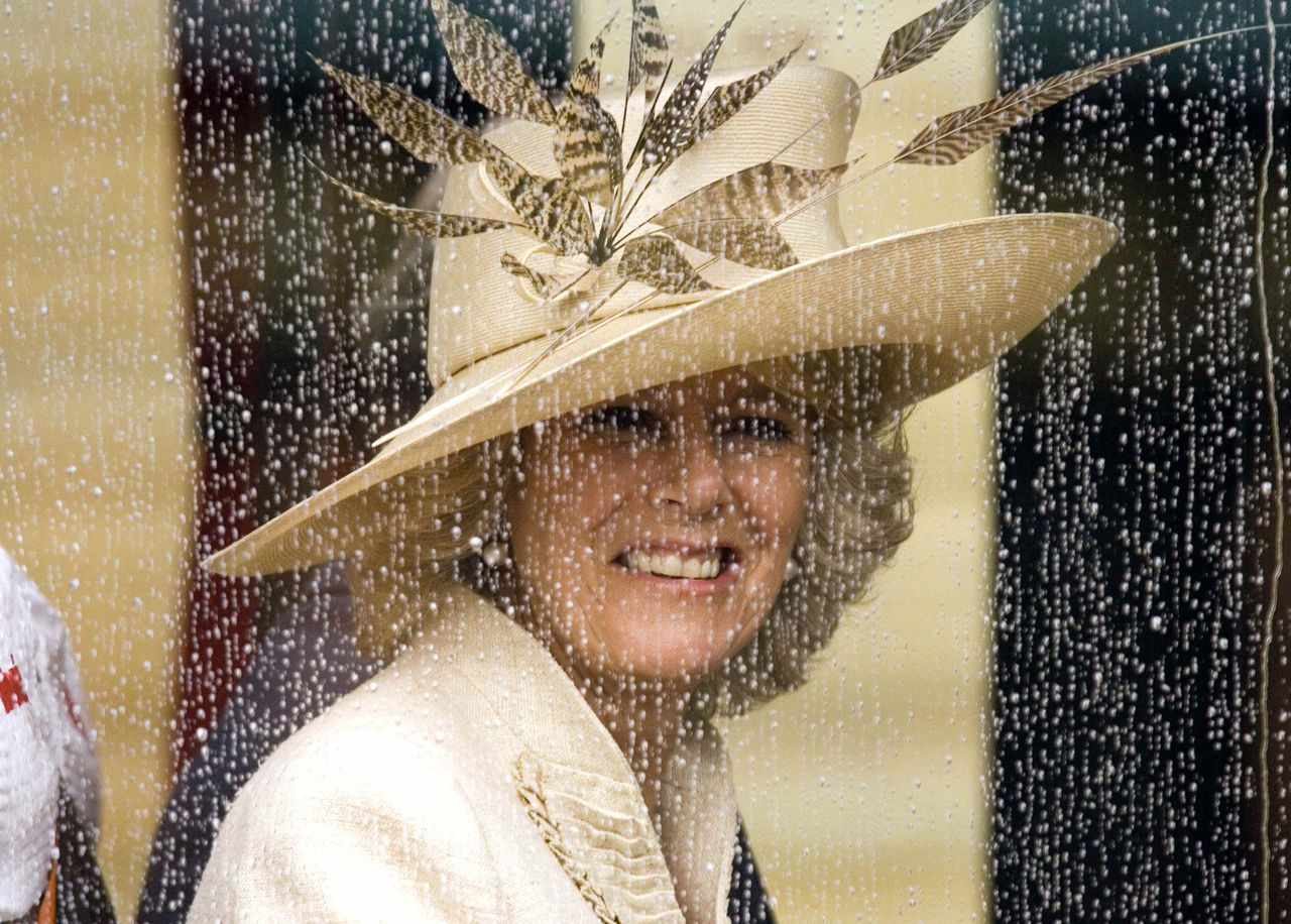 "Kerkdienst ter ere van Elizabeth Windsor. Camilla Parker Bowles, hertogin van Cornwall en vrouw van prins Charles, verlaat Windsor Castle waar gisteren een speciale kerkdienst werd gehouden ter ere van de Britse koningin Elizabeth. Ze vierde vrijdag haar 80ste verjaardag en is al 54 jaar koningin. Onder de 700 bezoekers waren haar 84-jarige man prins Philip en de voormalige premiers John Major en Margaret Thatcher. Foto Leon Neal, Reuters Britain's Camilla, Duchess of Cornwall, looks out from a coach window after leaving a service at St George's Chapel in honour of the 80th birthday of Queen Elizabeth II in Windsor, south England, April 23, 2006. The Queen was praised for her ""calmness, serenity and stillness"" at a special service of thanksgiving on Sunday to mark her 80th birthday. REUTERS/Leon Neal"