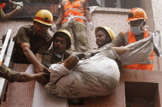 Firefighters evacuate a patient from a hospital after it caught fire in Kolkata December 9, 2011. Fire swept through a hospital in the eastern Indian city of Kolkata on Friday, killing at least 40 people, most of them patients, officials said. REUTERS/Rupak De Chowdhuri (INDIA - Tags: DISASTER HEALTH TPX IMAGES OF THE DAY)