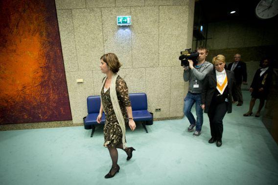 Een geëmotioneerde kamervoorzitter komt weer terug in de plenaire zaal van de Tweede Kamer.