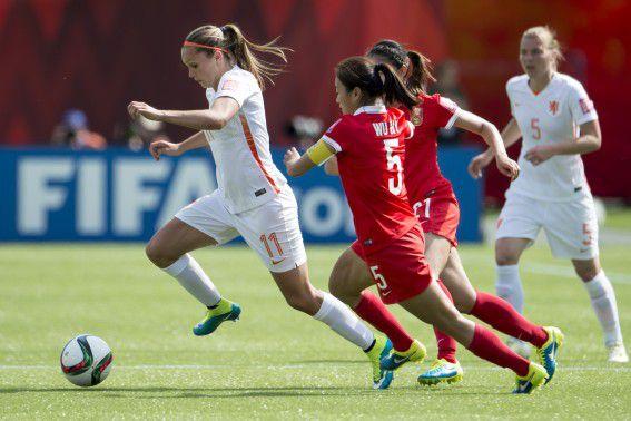 Nederlandse speelster Lieke Martens in duel met China speelster Wu aiyan tijdens de tweede wedstrijd op het WK in Canada