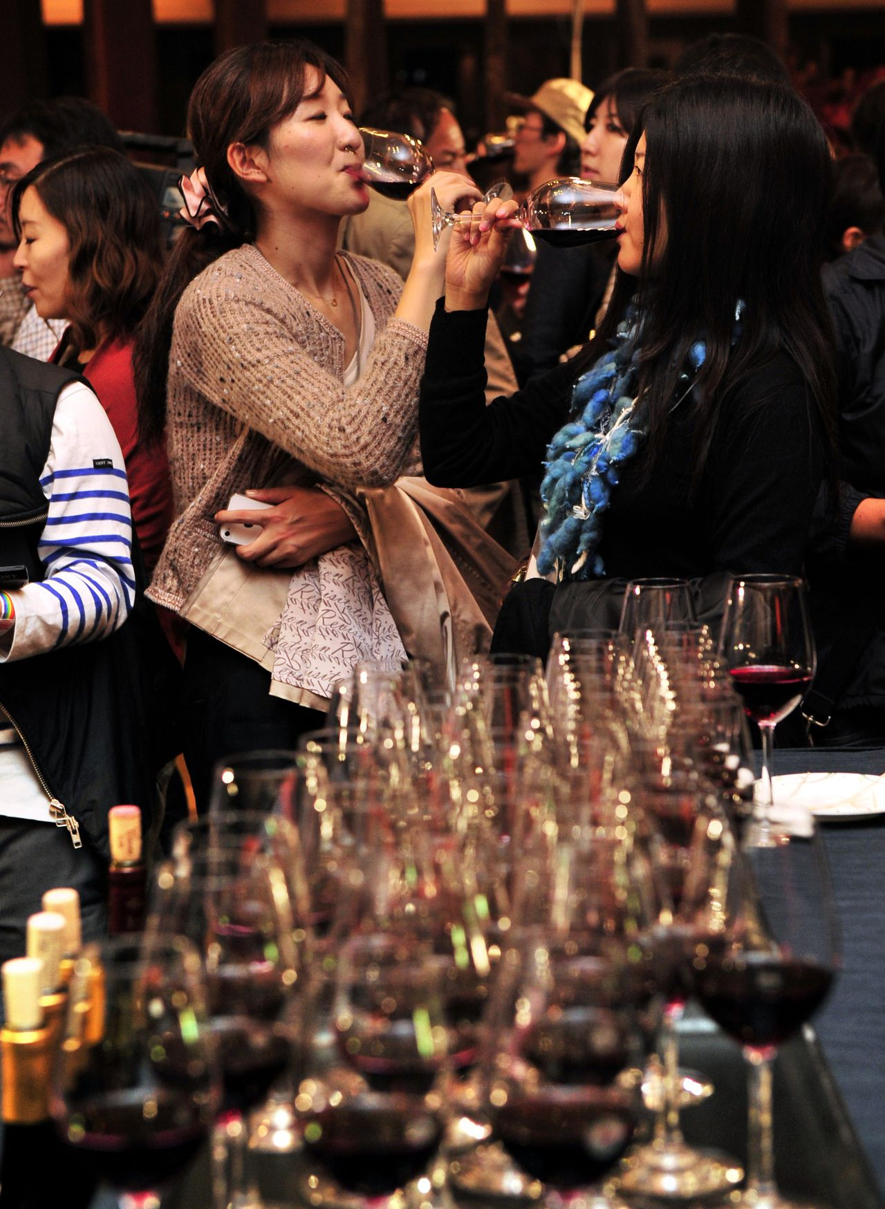 Japanese people enjoy the 2011 vintage Beaujolais Nouveau wine in Tokyo on November 17, 2011 after the embargo on the wine was removed at midnight. A total of six million bottles of Beaujolais Nouveau wine are expected to be imported to Japan this year. AFP PHOTO/Yoshikazu TSUNO