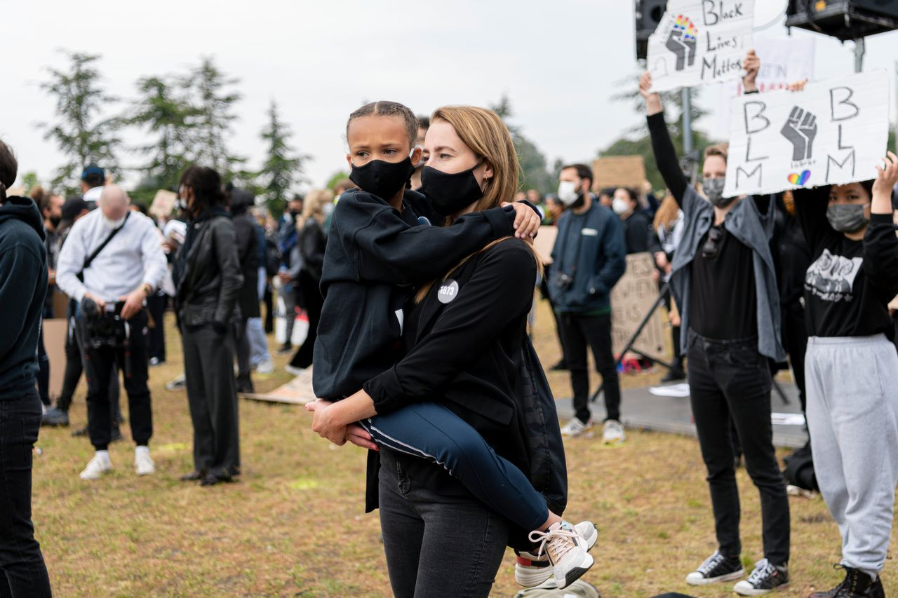 Demonstranten van een anti-racismedemonstratie in Amsterdam-Zuidoost in het Nelson Mandelapark.