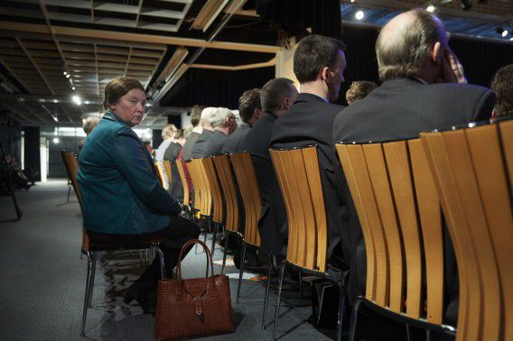 Een vrouw die sinds twee maanden lid is van de SGP luistert naar partijleider Kees van der Staaij tijdens de partijdag.