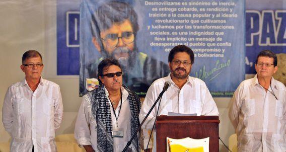 FARC-leider Ivan Marquez (achter de microfoon) geeft een verklaring over het bereikte deelakkoord in de onderhandelingen met de Colombiaanse regering.