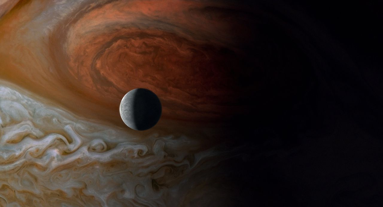 Jupiter en een van zijn manen, Europa, in Terrence Malicks 'Voyage of Time: A Life's Journey'.