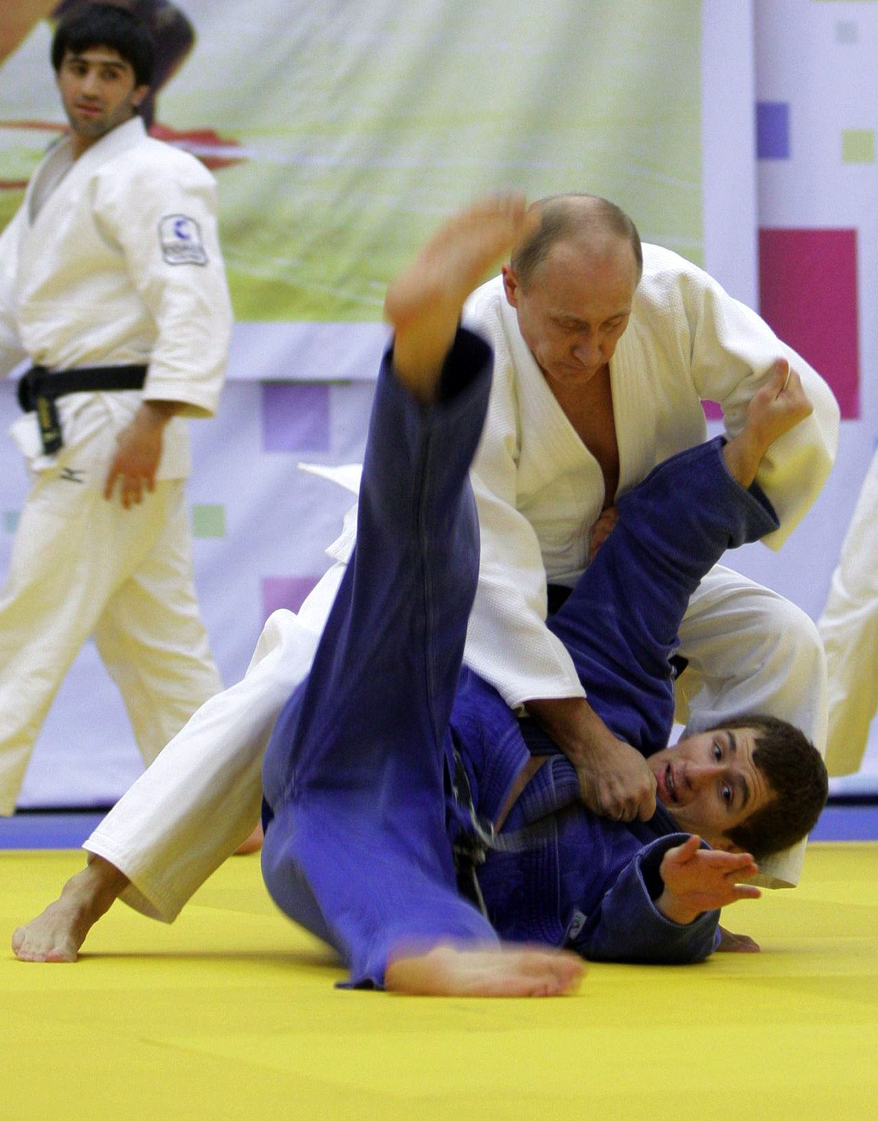 "Premier Poetin judoot graag. Een oud-judomaatje van hem is nu rijk. Foto AFP Russia's Prime Minister Vladimir Putin (background R) takes part in a judo training session at the ""Moscow"" sports complex in St. Petersburg, on December 22, 2010. AFP PHOTO/ RIA-NOVOSTI POOL/ ALEXEY DRUZHININ"