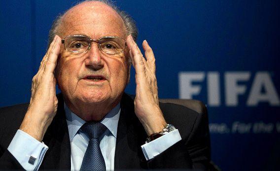 FIFA-voorzitter Sepp Blatter vindt dat erevoorzitter Joao Havelange weg moet wegens het smeergeldschand