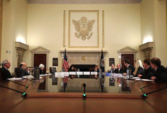 Ben Bernanke van de Federal Reserve Board en andere toezichthouders praten over de laatste versie van zogeheten Volcker-rule.