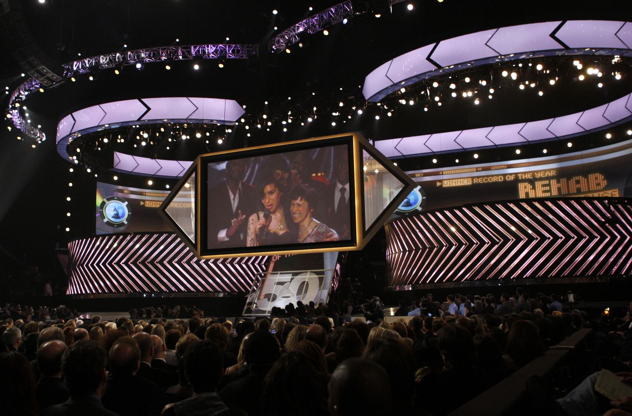 De uitreiking van de Grammy's in Los Angeles met prijswinnares Amy Winehouse via satelliet-tv Foto AP Amy Winehouse, left, is seen, via satellite from London with her mother Janis, as she accepts the award for record of the year at the 50th Annual Grammy Awards on Sunday, Feb. 10, 2008, in Los Angeles. (AP Photo/Kevork Djansezian)
