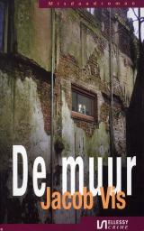 """2 luisteren Gratis misdaadromans www.detectives.kro.nl/Artikelen/Luisterboeken2008.aspx In het donker voor je tentje, wijntje bij de hand, blik op oneindig. En dan een sonore stem die je voorleest: """"De zeventig monniken staan dicht opeen in de verste hoek van de kelder."""" Het is de eerste zin van De Muur, een misdaadroman van Jacob Vis, die de KRO in deze Maand van het Spannende Boek als gratis podcast beschikbaar stelt. Er staan er sinds deze week vier. Behalve De Muur, Standvastig van Elyse Larson dat speelt in de Tweede Wereldoorlog, De Liftster, een krimi voor de jeugd geschreven door Theo Hoogstraten en Vuile streken van Steye Raviez, een klassieke whodunit. Ideaal voor lange vakantieritten en – vluchten en avonden met te weinig licht om bij te lezen. In juli verdwijnen de luisterboeken weer één voor één van de site. Wil je De Muur nog hebben, dan moet je 'm dus voor 2 juli downloaden. (CJ) Met bijdragen van Nicole Carlier, Carola Janssen en Nicoline Vis Gratis te downloaden als podcast luisterboek"""