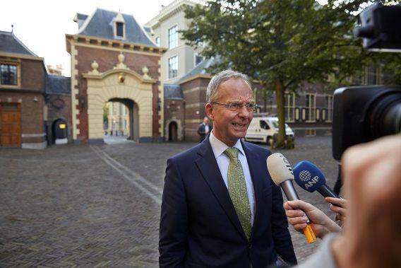 Minister Henk Kamp van economische Zaken arriveert op het Binnenhof voor de Ministerraad.