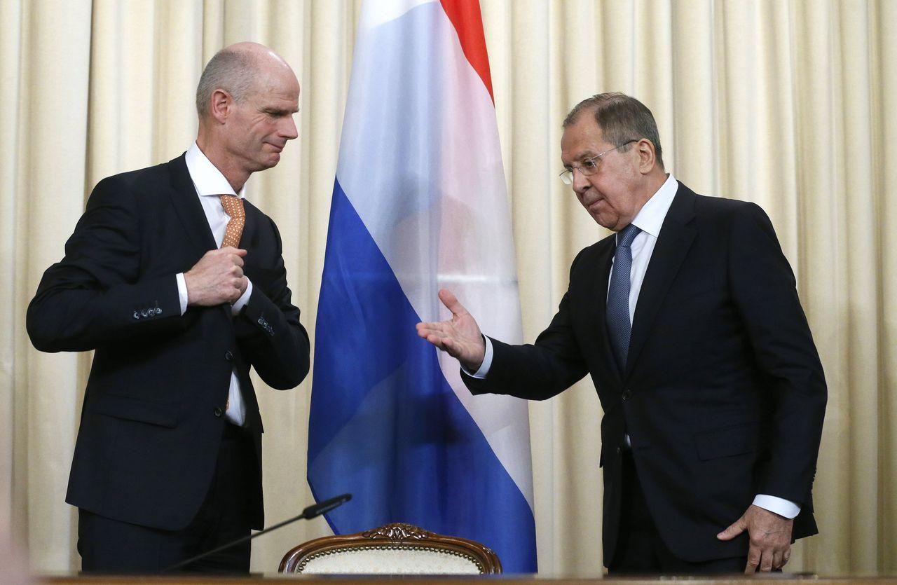 De Nederlandse minister van Buitenlandse Zaken Stef Blok en zijn Russische ambtgenoot Lavrov nemen plaats voor een gezamenlijke persconferentie.