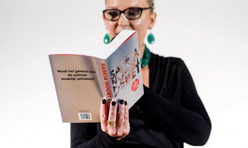 BERGEN - Thrillerschrijfster Saskia Noort leest voor tijdens de presentatie van haar nieuwe boek Debet.