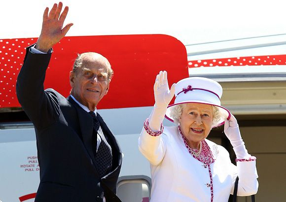 """(FILES) In a file picture taken on October 29, 2011 Britain's Queen Elizabeth II (R) and Prince Philip wave farewell to Australia at Perth International Airport. After the world watched Prince William's fairytale wedding, the celebrations in 2012 for Queen Elizabeth II's diamond jubilee should put the icing on an """"annus mirabilis"""" for the British royals. AFP PHOTO / POOL / Paul Kane"""