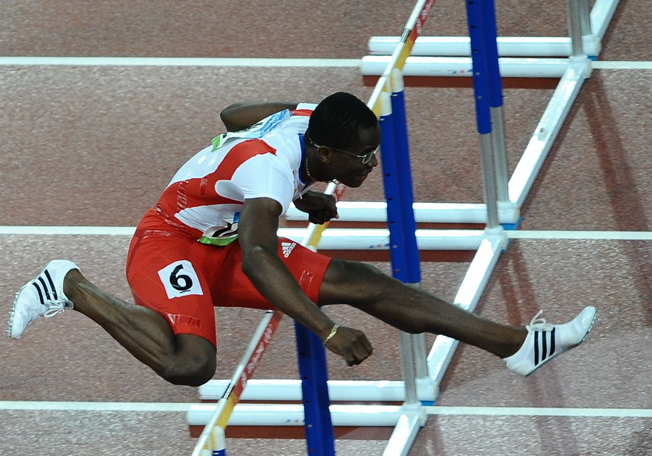 De Cubaan Dayron Robles wint met overmacht de olympische titel op de 110 meter horden. Foto AFP Cuba's Dayron Robles competes to win the men's 110m Hurdles final at the National stadium as part of the 2008 Beijing Olympic Games on August 21, 2008. Cuba's Dayron Robles won ahead of US athletes David Payne and David Oliver. AFP PHOTO / NICOLAS ASFOURI
