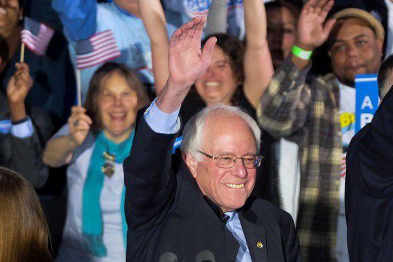 Democratische kandidaat Bernie Sanders viert zijn overwinning in New Hampshire.