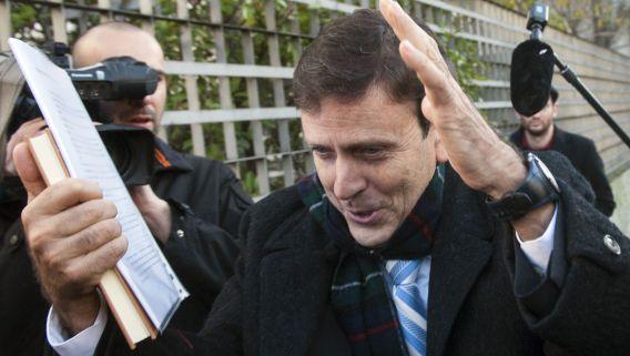 De Spaanse dopingarts Eufemiano Fuentes, hier op archiefbeeld bij een rechtbank in Madrid in januari, is vandaag veroordeeld tot een jaar celstraf voor zijn aandeel in het dopingschandaal Operacion Puerto.