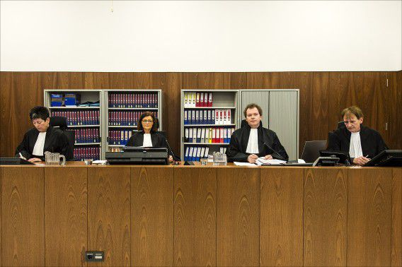 De leden van het hof (vlnr) Raadsheren Van Woensel, Tilleman en Van der Wijngaart. Uiterst rechts griffier Dick Truijens. Het gerechtshof in Amsterdam heeft tien dagen uitgetrokken voor de behandeling van het hoger beroep van de Amsterdamse zedenzaak tegen hoofdverdachte Robert M. en zijn echtgenoot Richard van O. De eerste zitting vindt vandaag plaats. E zijn ook drie dagen uitgetrokken voor het spreekrecht van de ouders van de slachtoffertjes. Die zittingen vinden achter gesloten deuren plaats.