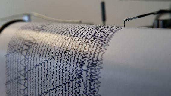 Een seismograaf bij het KNMI registreert de trillingen van de aarde.