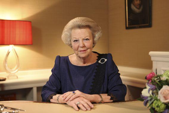 Koningin Beatrix kondigt haar aftreden aan tijdens een toespraak op tv.