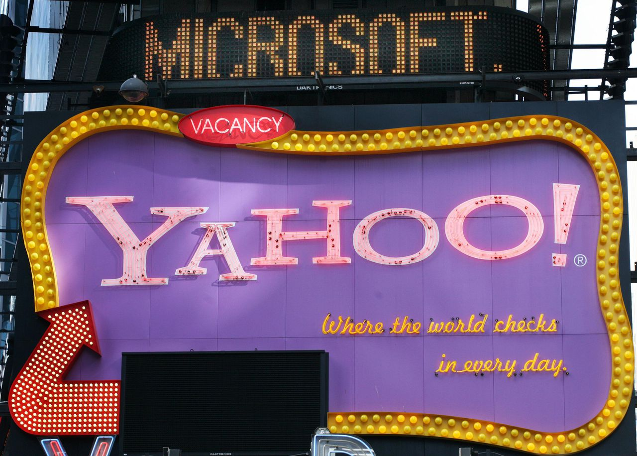 Foto AP FILE - In this May 4, 2007 file photo of Times Square news ticker flashes a headline about Microsoft above a billboard for Yahoo in New York. Microsoft Corp. appears to have finally locked up rival Yahoo Inc. in a long-awaited Internet search partnership aimed at narrowing Google Inc.'s commanding lead in the most lucrative piece of the online advertising market. A person with knowledge of the talks told The Associated Press that the details of the Microsoft-Yahoo alliance are expected to be announced Wednesday July 29, 2009. (AP Photo/Mark Lennihan, File)
