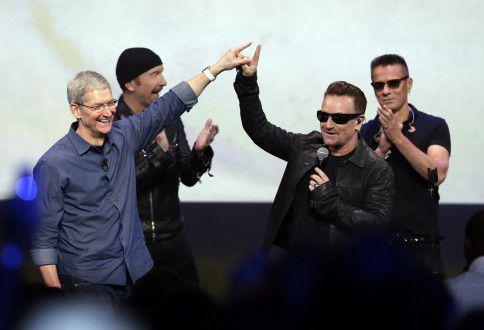 Tim Cook, Apples topman (links) en U2-frontman Bono (rechts) tijdens de Apple-presentatie in Cupertino vanavond.