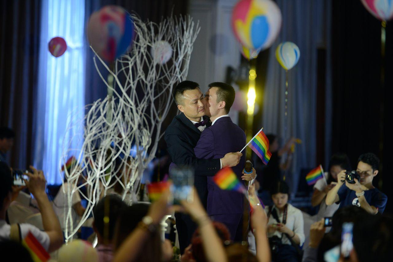 Het homoseksuele koppel Sun Wenlin en Hu Mingliang probeerden tevergeefs via de Chinese rechter toestemming te krijgen om te trouwen. In 2016 vierden ze uiteindelijk een symbolisch huwelijk